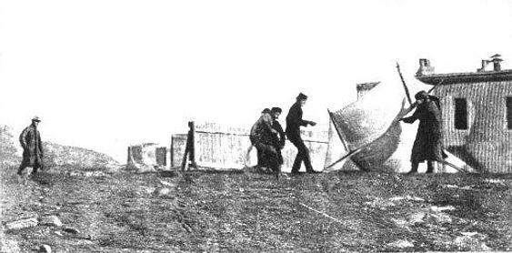 Marconi heiser en antenne i Newfounderland, Canada som ble brukt i den første transatlantiske, trådløse sendingen.
