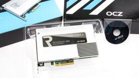 Splitter nye OCZ RevoDrive 350 SSD er blank og fin, og nytt av året er at enheten er omsluttet av en svær varmespreder. Den lille mini-CD-en med drivere hadde vi ikke bruk for.