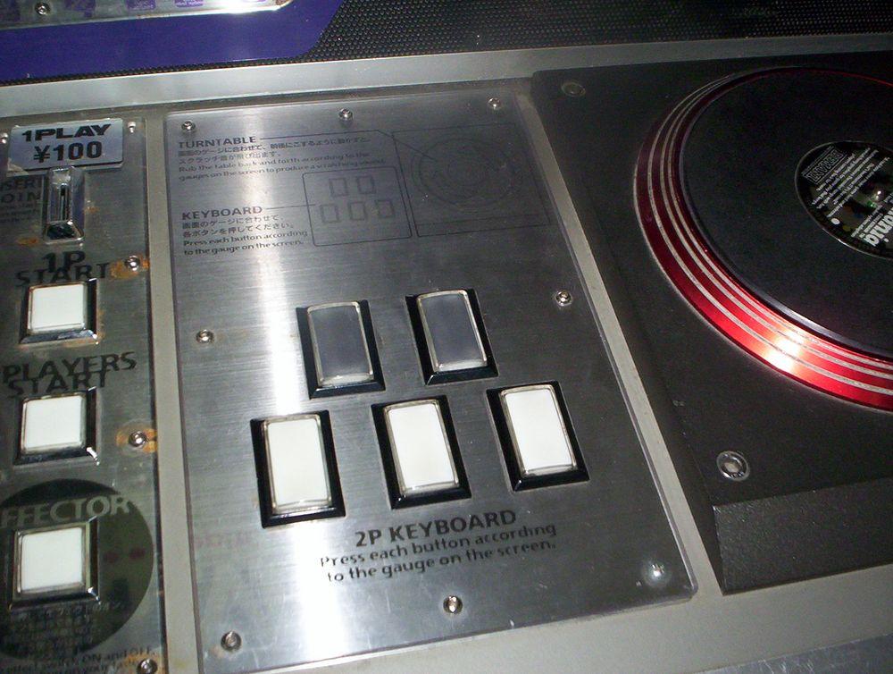 Beatmania-kontrolleren slik den så ut på spilleautomaten. En egen plastvariant ble laget for Playstation.