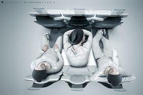 Hva med en liten (behagelig) lur? Slik skal man kunne sove på flyet. Bare snu den utslagbare bordplata, og – vips! – så har du en pute.