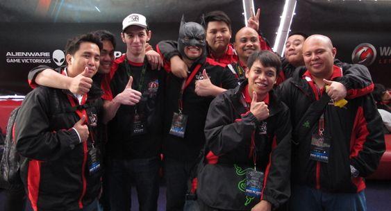 PvP Superfriends poserer sammen med en i staben. Robin til venstre i bildet.