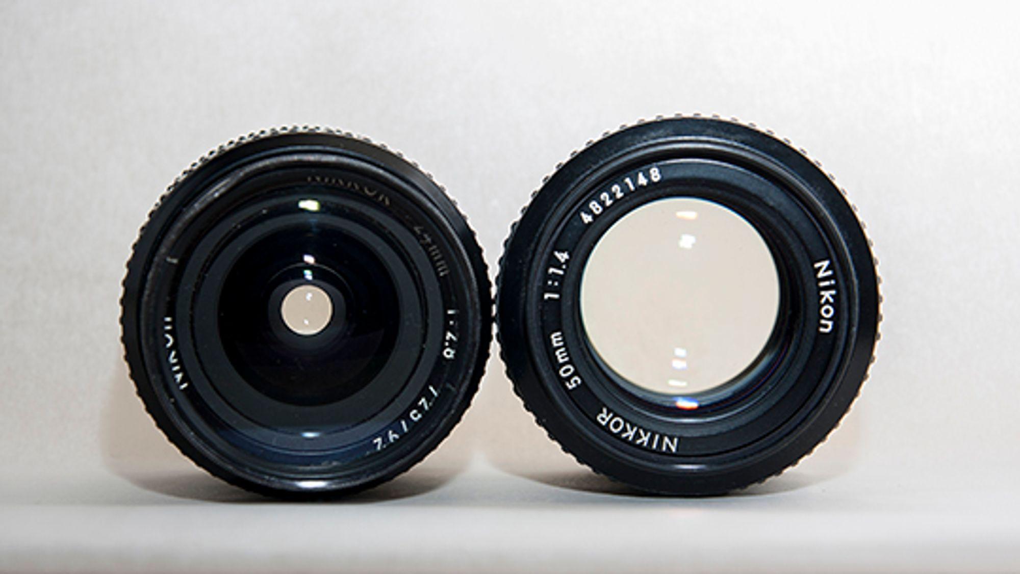 På disse årgangsobjektivene med manuel blender synes forskjellen på 2.8 og 1.4 svært godt. Fra venstre: Nikon 28mm f2.8, Nikon 50mm f1.4.