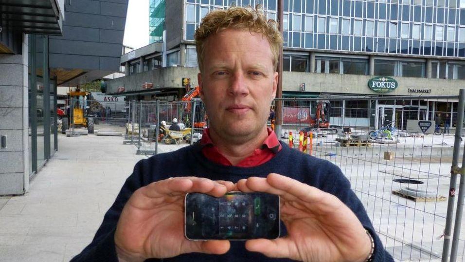 OPPRØRT: Gøran Karlsen ble bedt om å kaste telefonen han kjøpte hos Elkjøp, men fikk den reparert for 200 kroner et annet sted.