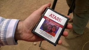 Microsofts PR-mann Larry Hryb viser en utgravd E.T.-kassett.