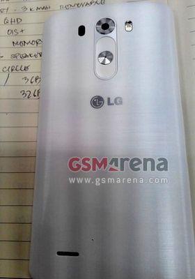 LG har fortsatt plassert tastene på baksiden av telefonen. Det er ingen fysiske taster, eller snarveier, andre steder på telefonen.
