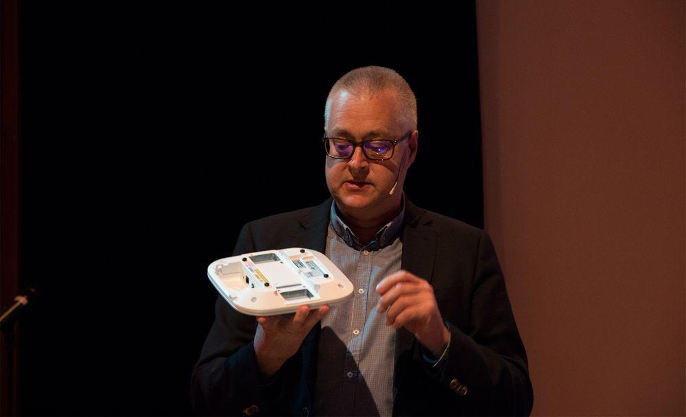 Chris Gilbert, administrerende direktør i Ubiquisys, viser frem en trådløs ruter som kan få en egen 4G-modul satt inn på baksiden. Da vil den fungere som en liten basestasjon – en småcelle.