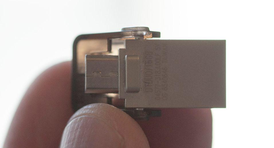 Minnepinnen fra Kingston har vanlig USB i ene enden, og Micro-USB i andre enden. Et deksel beskytter den minste pluggen.