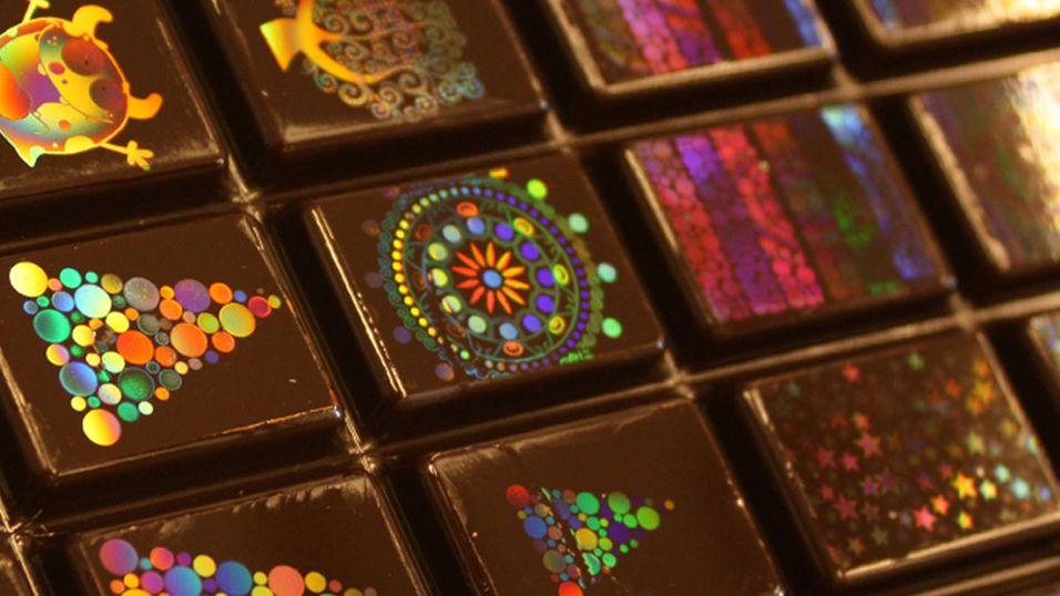 Nå får du sjokolade som er pyntet med hologram