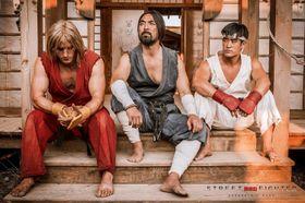 Ken, Ryu og trenaren deira Gouken i ei scene frå Street Fighter: Assassin's Fist.
