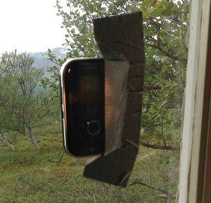 Å feste mobilen i vinduet med gaffatape er én mulig måte å få bedre dekning på.