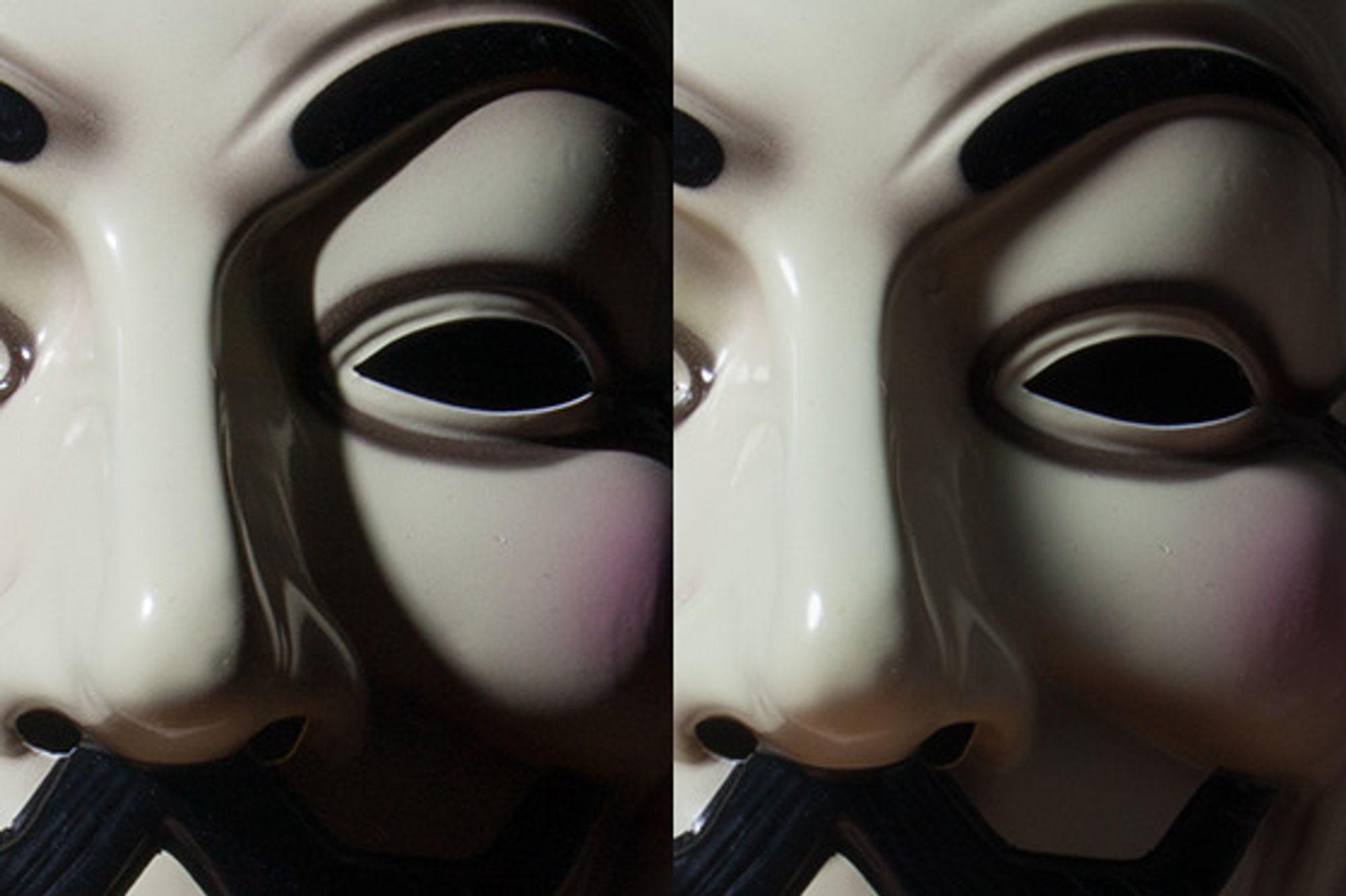 Bildet til høyre er tatt med en hjemmelaget softbox på blitsen.