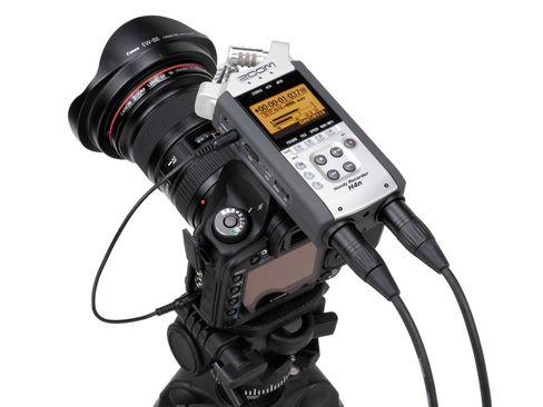 Lydopptakeren Zoom H4n montert på toppen av et kamera.