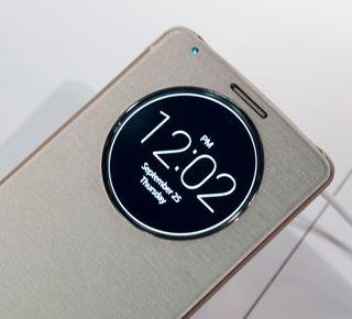 Lansere en ny toppmodell uten et deksel til? Det går ikke. LGs nye smartdeksel har et rundt øye som kan vise informasjon når telefonen er låst.