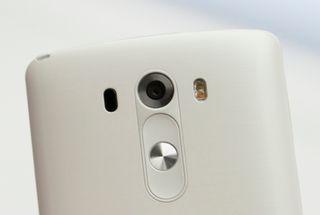 Til venstre for kameralinsen er laserdioden som skal sørge for kjappere fokus. Til høyre er et dobbelt LED-lys for fotografering.