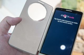 Slik demonstrerer LG konseptet Knock Code. Det går ut på at du må tappe på skjermen i et bestemt mønster for å låse den opp.
