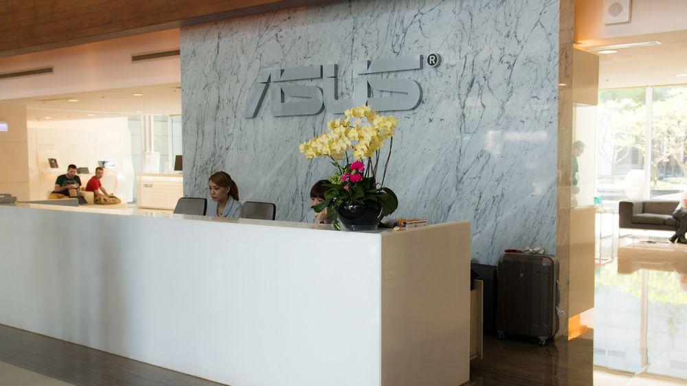 Lobbyen i Asus' hovedkvarter er lys, åpen og luftig, og det er stadig noen som kommer og går.