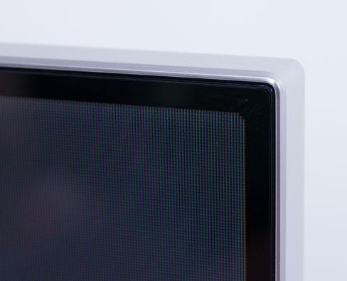 Rammen rundt skjermen er i aluminium, og bidrar til et lekkert ytre. .