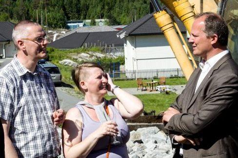 Jens og Jytte Dein føler seg heldige som får være med på et nytt boligkonsept. Ketil Solvik-Olsen følger prosjektet nøye.