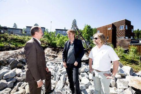 Samferdselsministeren i samtale med entreprenør Knut Eide (i midten).