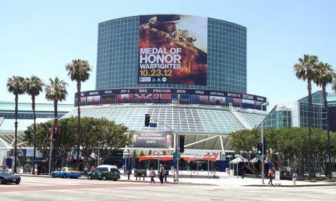 Det ikoniske inngangspartiet til sør-hallen dekoreres hvert år med gigantiske bannere fra spillprodusenter og spillserier.