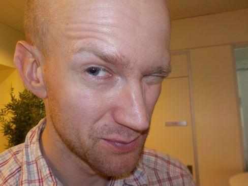 Hardwares Rolf Wegner blir midlertidig blendet av blitsen.