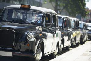 De tradisjonelle London-drosjene stod stille i protest mot Uber i juni.