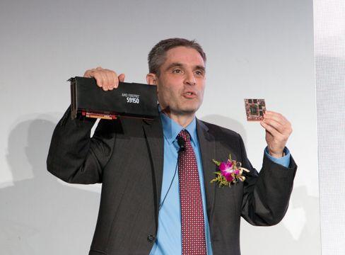 David Cummings, sjef for AMDs avdeling for profesjonelle grafikkløsninger, viser frem det nylig lanserte FirePro S9150.