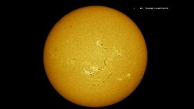 Dette er solen som fotografen fanget i all sin prakt. Jorden er tatt med på bildet som størrelsesreferanse.