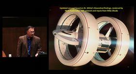 """NASA-ingeniør Harold «Sonny» White diskuterer skisser som viser hvordan et """"overlysskip"""" kan se ut."""
