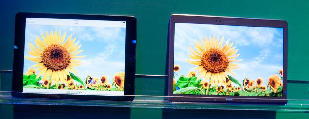 Samsung viste frem Galaxy Tab S sammen med Apples iPad Air, for å demonstrere forskjellen i fargegjengivelse. Den var tidvis svært tydelig, men også notorisk vanskelig å gjengi på bilder.