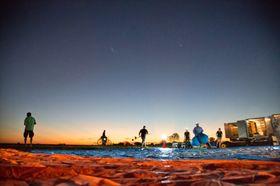 Loon-teamet gjør seg klar til ballongslipp ved soloppgang.