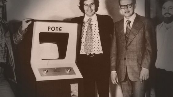 F.v.: Fred Marincic, Nolan Bushnell, Ted Dabney og Allan Alcorn med den første Pong-maskinen. (Arkivbilde).