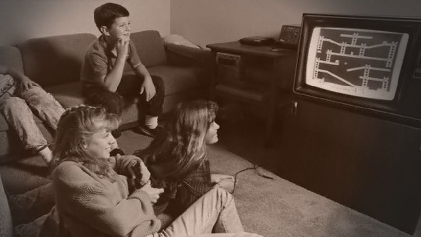 Stillbilde fra Video Game: The Movie, der en familie spiller Donkey Kong på Atari 2600 i 1982.