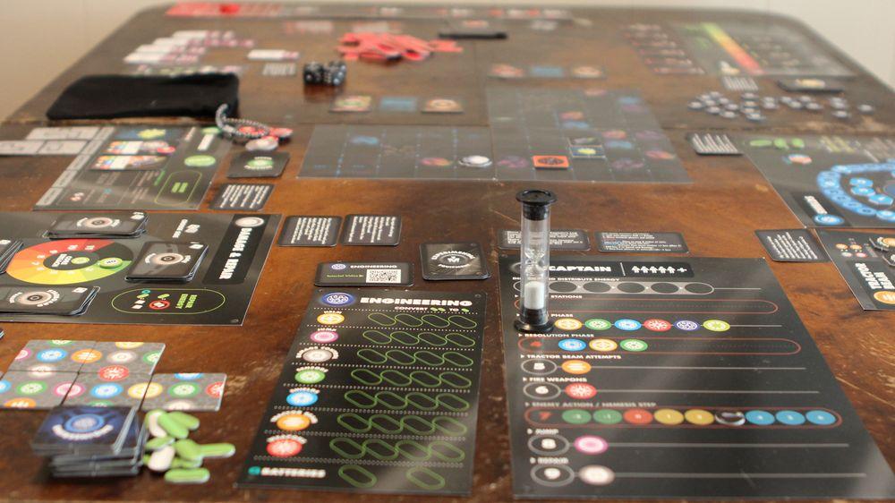Kapteinen bestemmer strategien og instruerer mannskapet. Det er en fordel om den mest erfarne spilleren inntar kaptainsstolen.