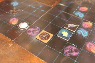 På romkartet plasserer man ut romskip og krystaller. Her er spillernes skip på vei mot et fiendtlig skip som har oppdaget spillerne.