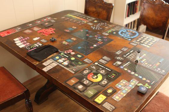 Det er ekstremt mange komponenter på bordet samtidig i Space Cadets.