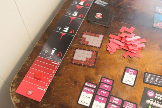 Våpenstasjonen er todelt, først må torpedoer lades ved å putte Tetris-brikker i rutefelt. Deretter skal torpedoer skytes ved å knipse en trebrikke nedover en pappplate.