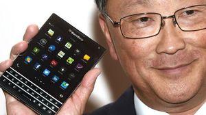 Her viser Blackberry-direktør John Chen frem Passport-mobilen som skal komme i september. (Foto: McCarthyRecord via Twitter).