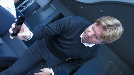 Rikard Steiber viser frem offline-modus på mobiltelefonen. .