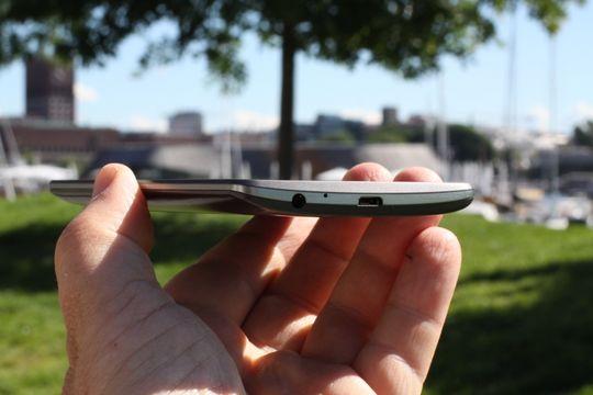 Til tross for kjempeskjermen føles LG G3 relativt kompakt i hånden.