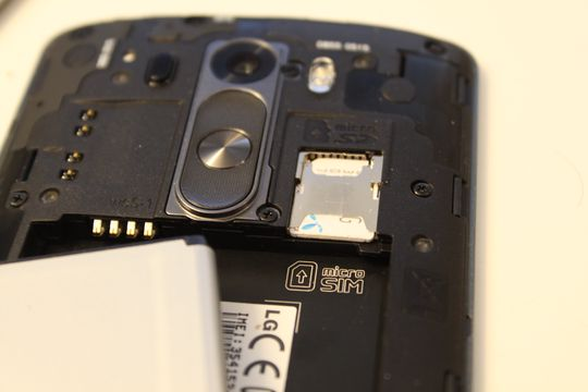 Denne gangen har LGs toppmodell utskiftbart batteri, og plass for minnekort.