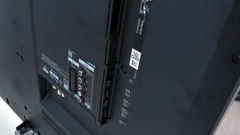 De analoge tilkoblingne er uheldig plassert med tanke på å henge TV-en på veggen. .