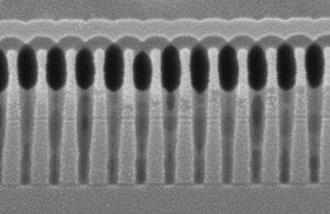 En vanlig minnecelle sett fra siden. Dataene lagres i ett lag, og ladningen ligger øverst i bildet.