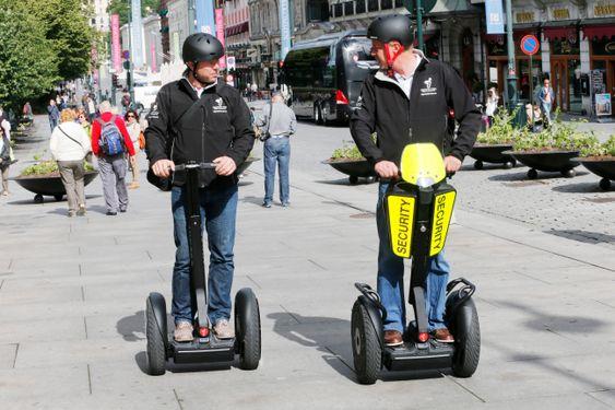 Styreleder René Jacobsen og daglig leder Aaage Bjørge i Bjørge & Jacobsen AS demonstrerer Segway. Tohjulingen er tillat i bruk i Norge fra idag. 1. juli.
