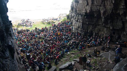 Moddi fyller opp Kirkehelleren på Sanna under Træna-festivalen 2010.  .