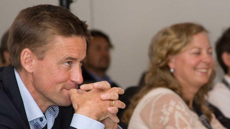Netcom-sjef August Baumann regner med å bli en mer slagkraftig konkurrent til Telenor-sjef Berit Svendsen når han nå har kjøpt Tele2s kunder og merkevarer for 5,1 milliarder svenske kroner.