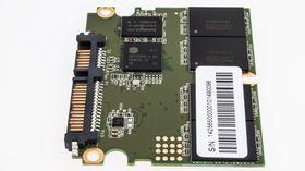 Corsair har valgt en Silicon Motion-kontroller og minne fra Intel Micron. 256 MB DRAM hurtigminne fra Nanya er også på plass.
