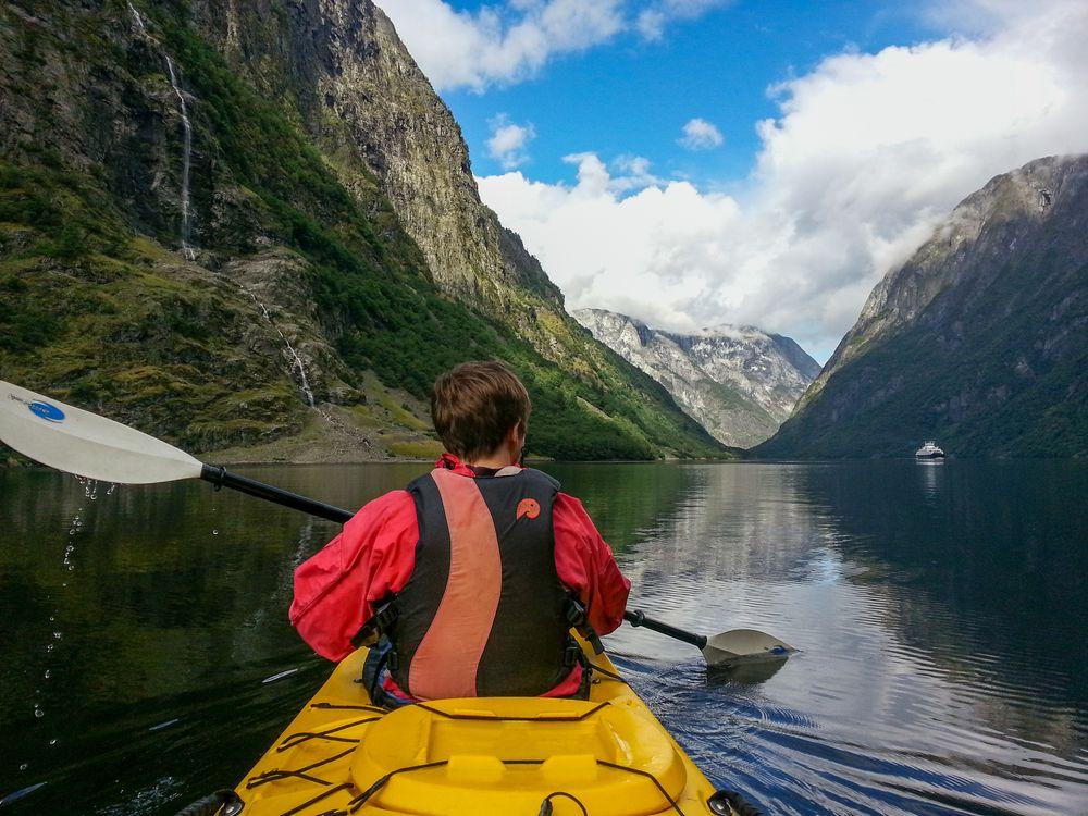 Padletur i Nærøyfjorden ble fotografert av Arsalan Portazedi fra Voss.