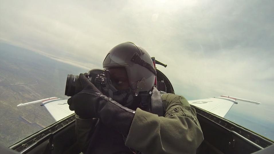 Slik tar fotografen bilder av lynraske jagerfly