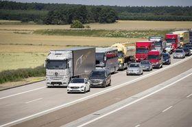 Lastebilen er allerede testet ut i trafikken, og teknologien skal etter sigende fungere som planlagt.